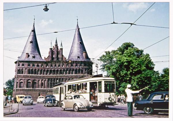 Postkarte Holstentor mit Straßenbahn um 1954