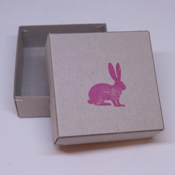 Box mit Hasen-Aufdruck