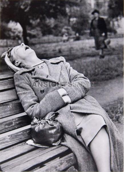 "Postkarte ""Schlafende Frau auf Parkbank"""